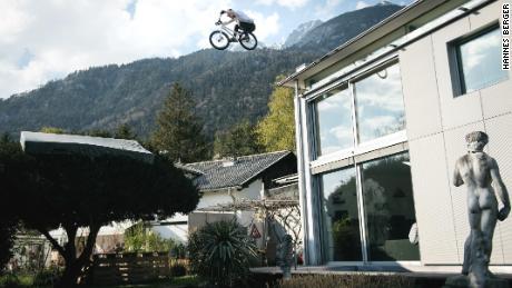 Wibmer salta dal tetto della sua casa su un albero.