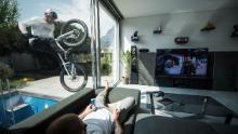 Wibmer oscilla fuori da una finestra della sua casa.