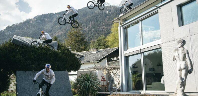 Fabio Wibmer scambia montagne per acrobazie in lavatrice durante il blocco
