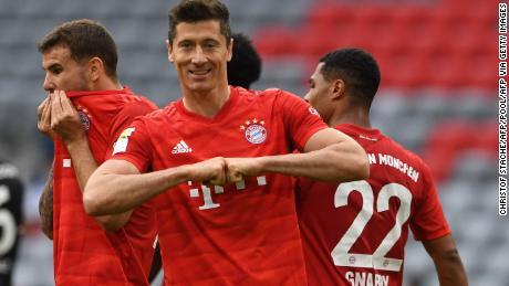 L'attaccante del Bayern Monaco Robert Lewandowski celebra la sua prima partita e la terza squadra nella sconfitta per 5-0 del Fortuna Düsseldorf.
