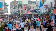 Alcuni americani prendono le vacanze lontano dalla distanza sociale e i funzionari temono picchi futuri nei casi di coronavirus