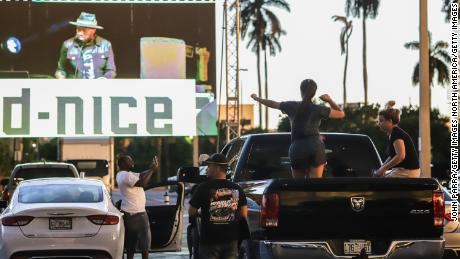 I primi soccorritori frequentano Drive / InField Fest 1 / ST Preakness at Home con un dj set dal vivo da D-Nice il 16 maggio 2021 ad Hallandale, in Florida. (Foto di John Parra / Getty Images)