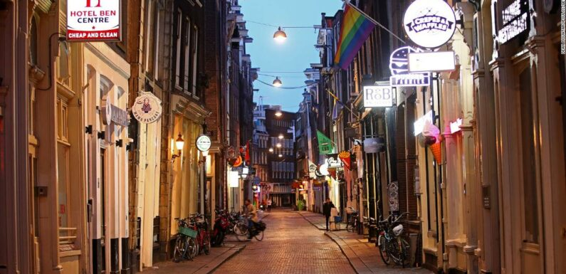 I residenti di Amsterdam recuperano la loro città deserta