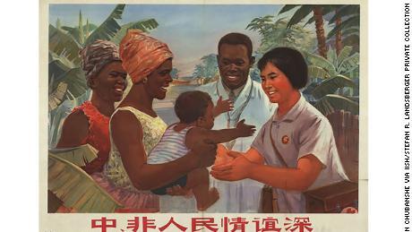 Un poster di propaganda cinese promuove l'assistenza medica che Pechino ha offerto all'Africa durante il XX secolo.
