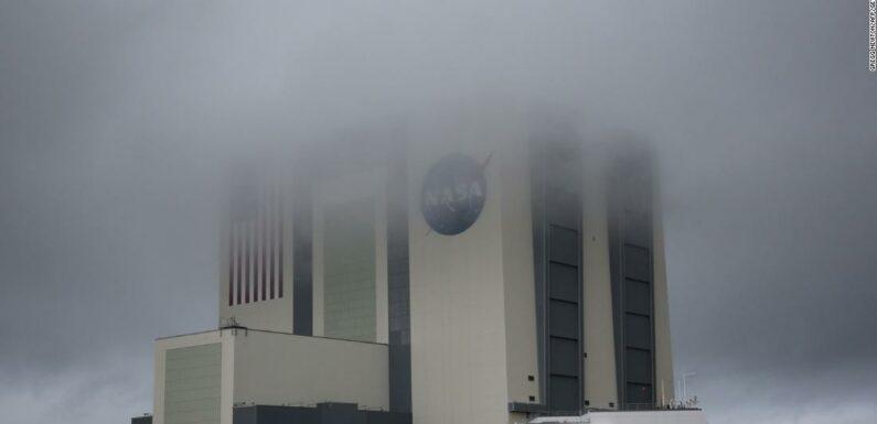 Lo storico lancio di SpaceX è stato rinviato a causa delle condizioni meteorologiche
