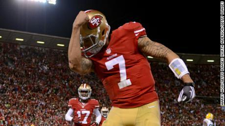 & # 39; Kaepernicking & # 39; si riferisce all'atto del quarterback che bacia i tatuaggi sul bicipite per celebrare un touchdown