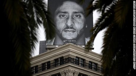 Un cartellone pubblicitario con Kaepernick è esposto sul tetto del negozio Nike di San Francisco