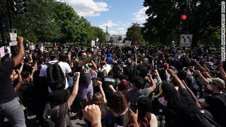 I manifestanti si radunano vicino alla Casa Bianca domenica.