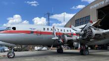 Il Douglas DC-6B Cloudmaster si prepara per il suo volo finale a Fairbanks, in Alaska, a maggio.