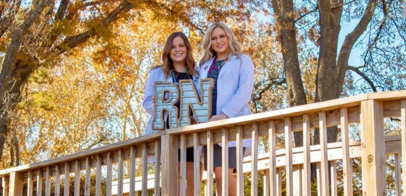 Inseparabili sorelle gemelle iniziano a allattare insieme nello stesso ospedale durante una pandemia