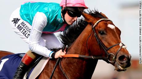 Cavallo campione Frankel che segna alla scuderia