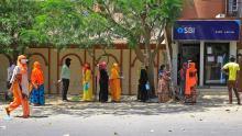 La gente aspetta fuori da una banca durante la preclusione a Jaipur, Rajasthan, India, il 9 aprile.