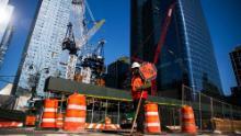 Un operaio edile si occupa del traffico durante la costruzione di una nuova torre.