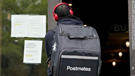 Un uomo di consegna dei postmates si trova fuori da una Shake Shack a Washington, DC.