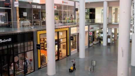 Un portiere attraversa Brookfield Plaza, un centro commerciale nel quartiere finanziario di Manhattan.