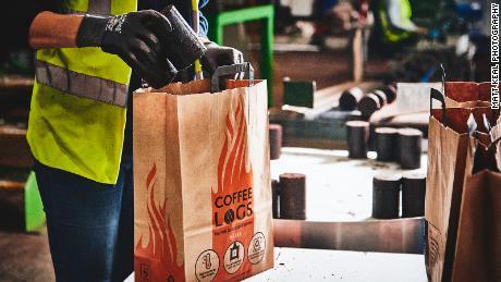 Una borsa di tronchi di caffè Bio-chicco costa circa £ 7 ($ 8,70) - simile ad altri tronchi di fuoco disponibili nel Regno Unito, afferma il fondatore dell'azienda.