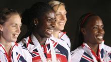 Le britanniche Lee Mcconnell, Christine Ohuruogu, Nicola Sanders e Okoro festeggiano sul podio dopo la finale della staffetta 4x400m femminile, il 02 settembre 2007, all'11 ° Campionato mondiale di atletica leggera IAAF di Osaka. Gli Stati Uniti hanno vinto davanti a Giamaica e Gran Bretagna.