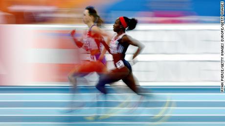 Okoro e Mariya Savinova della Russia si sfidano nella finale femminile di 800 m durante la terza giornata dei Campionati europei di atletica indoor all'Oval Lingotto, 8 marzo 2009 a Torino, Italia.