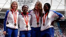 GB & # 39; s donne & # 39; s Il team di staffetta 4x400m celebra la ricezione delle loro medaglie di bronzo riassegnate dai Giochi Olimpici di Pechino 2008 durante il primo giorno dei Muller Anniversary Games allo Stadio di Londra il 21 luglio 2018 a Londra, Inghilterra.
