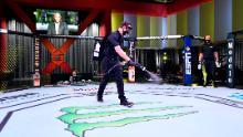 I lavoratori disinfettano l'Ottagono presso UFC APEX, l'arena personalizzata di UFC.