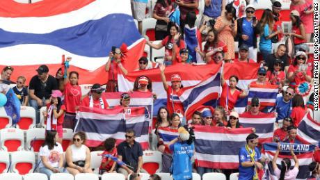 Gli appassionati di calcio thailandesi mostrano il loro sostegno.
