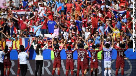 I giocatori tailandesi ringraziano i loro tifosi alla fine della partita contro la Svezia il 16 giugno 2019.