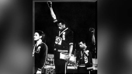 Tommie Smith (al centro) e John Carlos (a destra) sul podio alle Olimpiadi di Città del Messico del 1968.