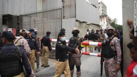 Il personale di sicurezza si riunisce all'ingresso principale dell'edificio della Borsa pakistana a Karachi il 29 giugno 2020.