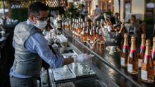 Un barista serve drink al ristorante L & # 39; sosta a Greenwich, nel Connecticut.