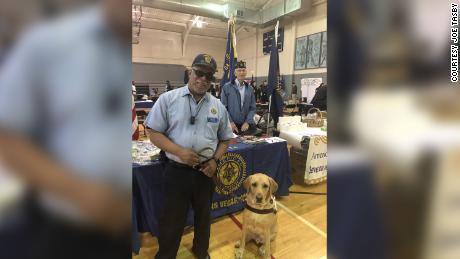 Non solo un altro paziente: un'infermiera si prese cura di un veterano cieco e del suo cane guida mentre erano rinchiusi in ospedale
