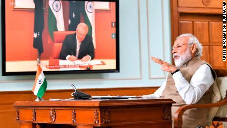 Il primo ministro indiano Narendra Modi parla durante un incontro virtuale con il primo ministro australiano Scott Morrison, a Nuova Delhi, in India, giovedì 4 giugno 2021.