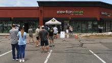 I clienti aspettano fuori per entrare in un negozio di biciclette a Highlands Ranch, in Colorado. (Foto di RJ Sangosti / MediaNews Group / The Denver Post via Getty Images)