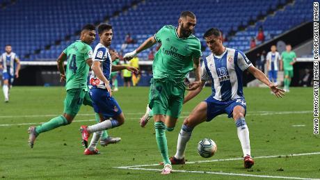 Karim Benzema assiste Casemiro per il gol della vittoria contro l'Espanyol.