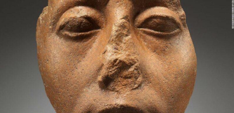 Perché così tante statue egiziane hanno il naso rotto?