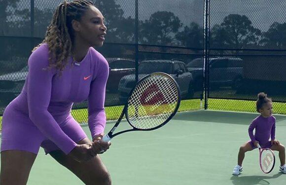 Serena Williams colpisce il campo da tennis con la figlia Olympia