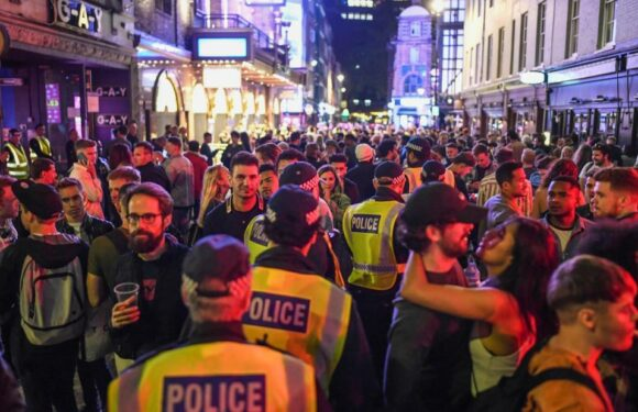 I pub riaprono in tutta l'Inghilterra mentre un agente di polizia avverte della mancanza di distanza sociale