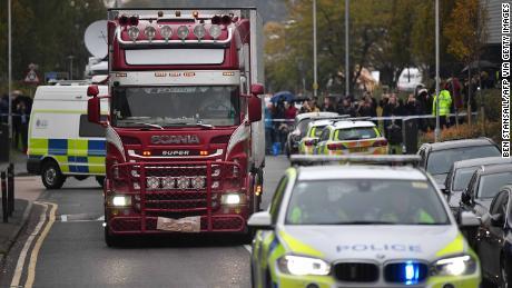 La polizia identifica 39 persone trovate morte in camion come cittadini cinesi