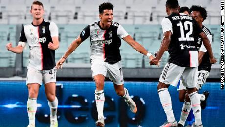Cristiano Ronaldo segna mentre la Juventus vince il nono titolo consecutivo in Serie A.