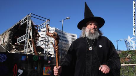 Le magicien après la réouverture de Christchurch Square au public en 2013 à la suite d'un tremblement de terre meurtrier en 2011.