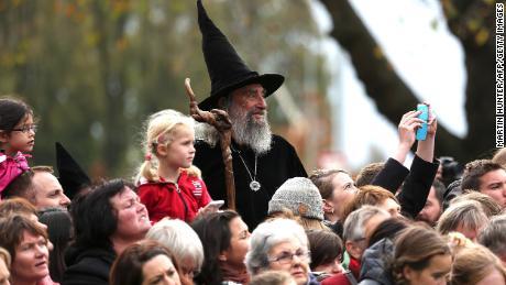 Le sorcier attend l'arrivée du prince britannique William et Kate lors de leur visite royale à Christchurch le 14 avril 2014.