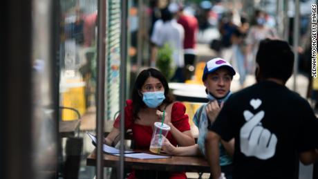 I paesi stanno rafforzando le loro regole sulle maschere. Presto potresti aver bisogno di indossarne uno anche fuori