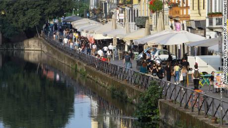 Milano a maggio. Gli italiani vanno a cenare nei ristoranti e godono della tradizione estiva di prendere un aperitivo in una piazza o in un bar locale.