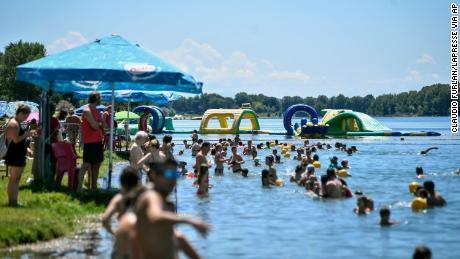 Le cose stanno tornando alla normalità in Italia. La gente nuota in un lago artificiale a Milano il 12 luglio.
