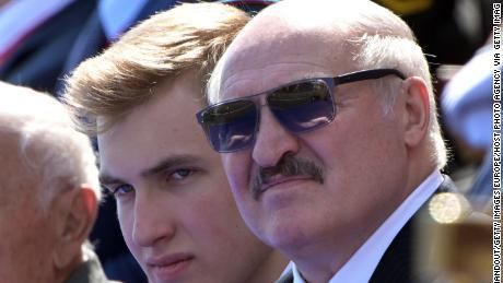 Il presidente bielorusso Alexander Lukashenko con suo figlio Nikolai (a sinistra) durante la parata militare del Giorno della Vittoria il 24 giugno a Mosca.