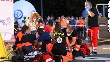 I medici si prendono cura di Jakobsen dopo l'incidente.