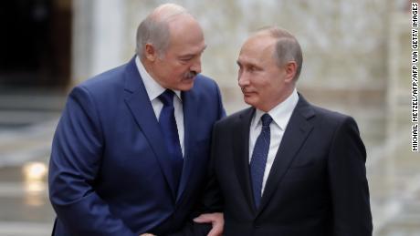 La Bielorussia afferma di aver arrestato mercenari russi mentre si allarga la spaccatura tra gli uomini forti Putin e Lukashenko